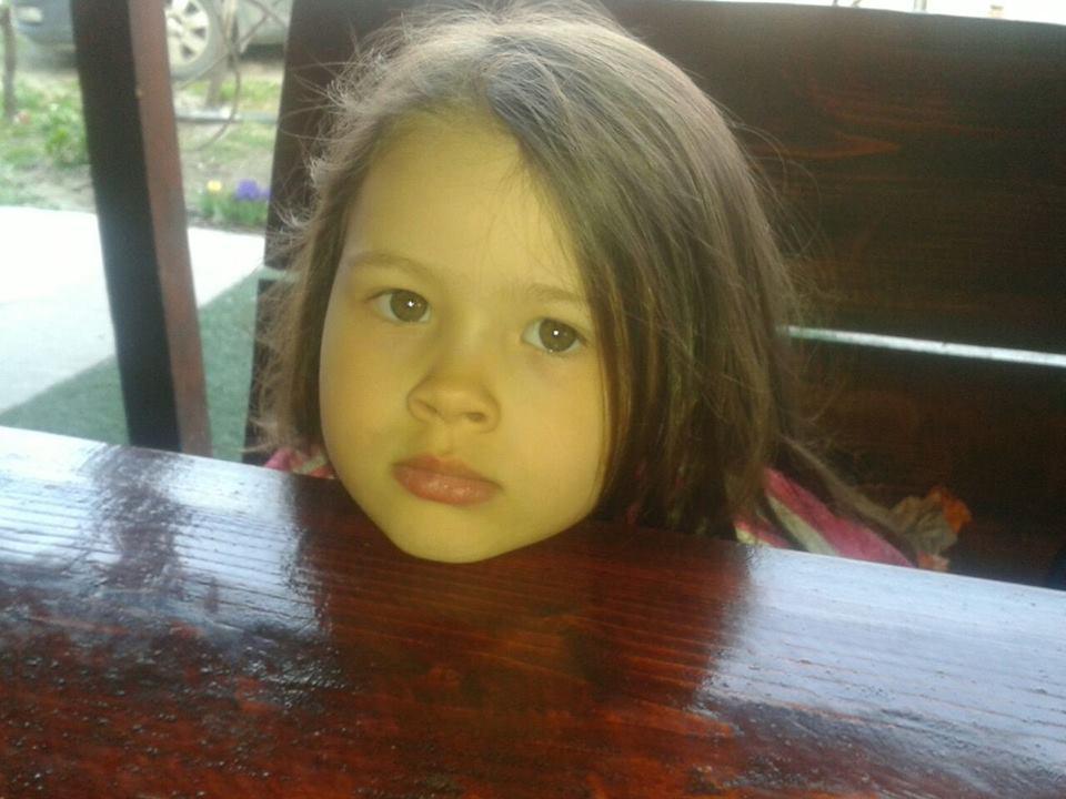 O fetiță de 4 ani trăiește într-o lume fără sunete!