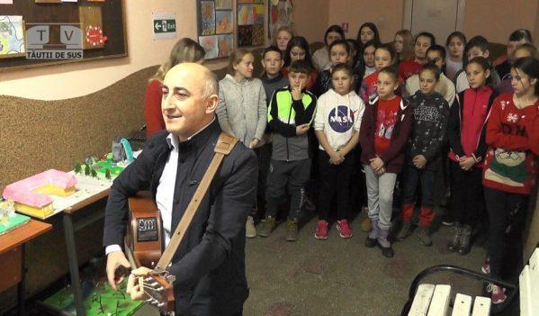 Doi profesori de religie au împărțit sute de cadouri pentru toți copiii din școală (VIDEO)